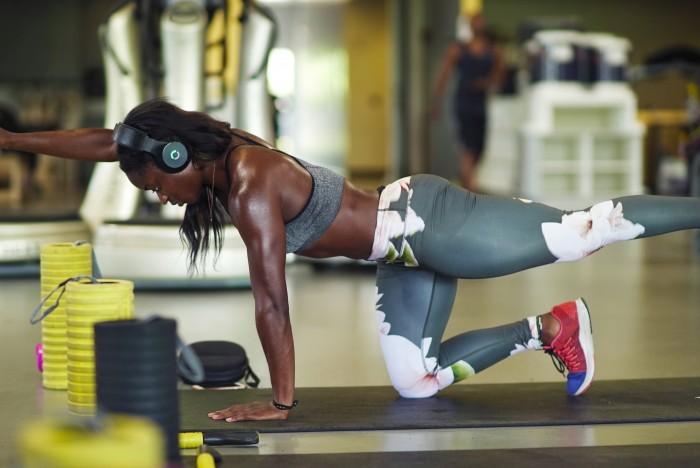 La sprinter del Sierra Leone, Hafsatu Kamara in allenamento con le cuffie