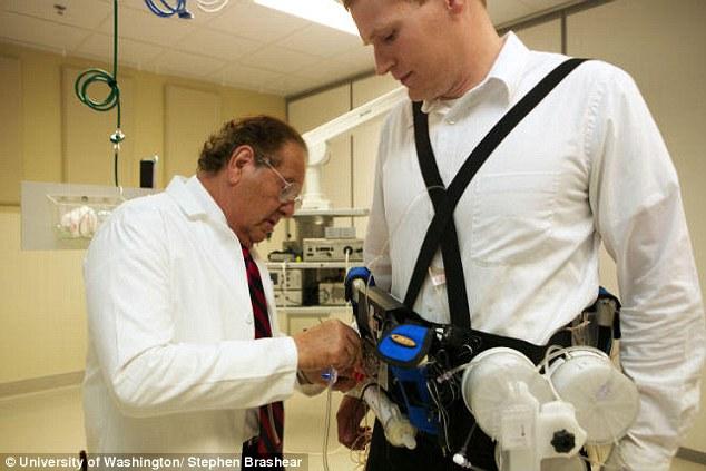 Il fondatore di WAK applica la prima cintura ad un paziente