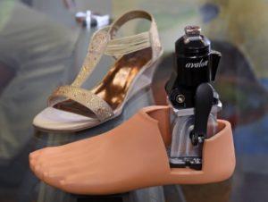Prominence è il primo piede protesico sul mercato che non è su misura e che si adatta alla moda popolare dei tacchi alti.