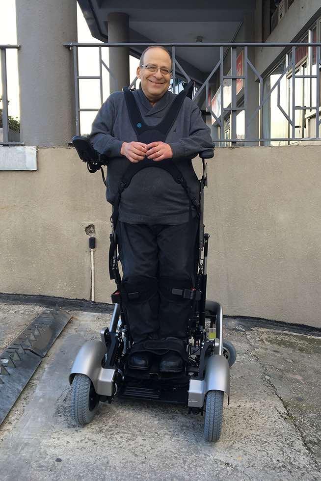 Amit Goffer in piedi grazie alla sua sedia a rotelle