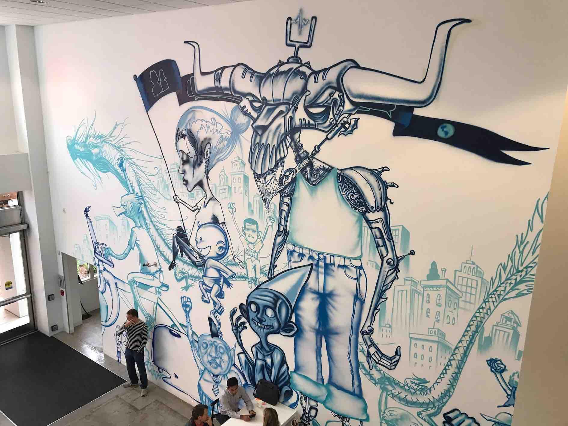 Ambiente interno di Facebook è molto personalizzato e street style, pieno di graffiti, alcuni dei quali hanno richiesto anche un paio di mesi di lavoro, come questo in foto, pagato in stock anziché contanti