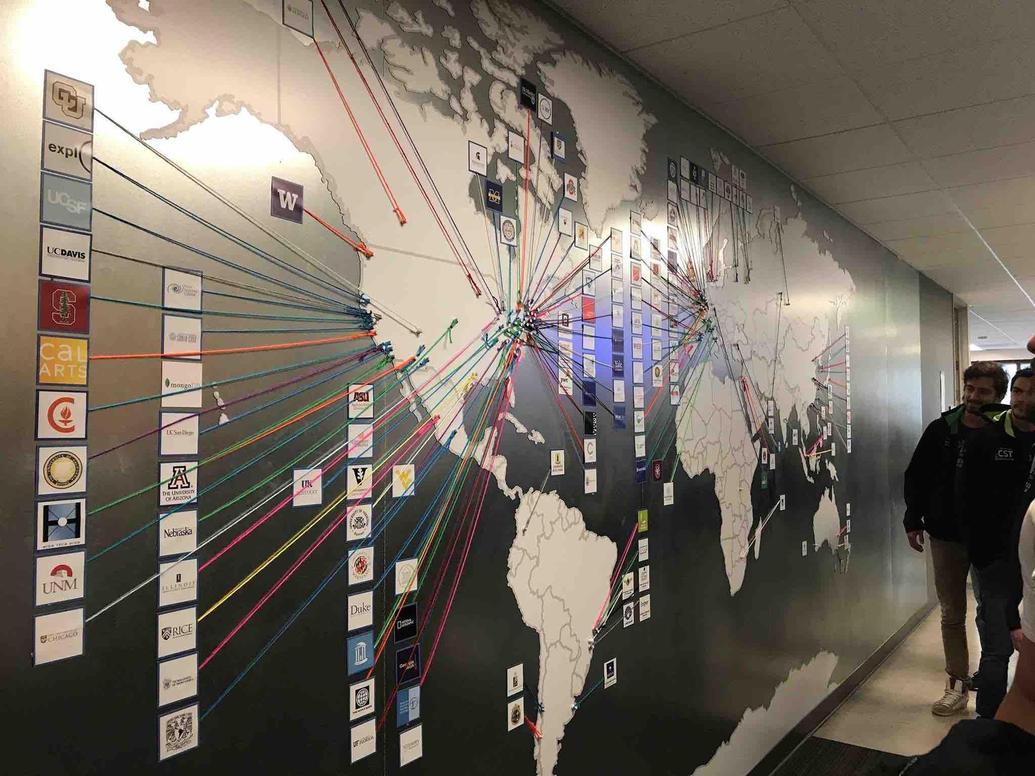 Mappa mondiale con le università partner di Coursera