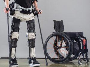 Un uomo cammina con l'esoscheletro